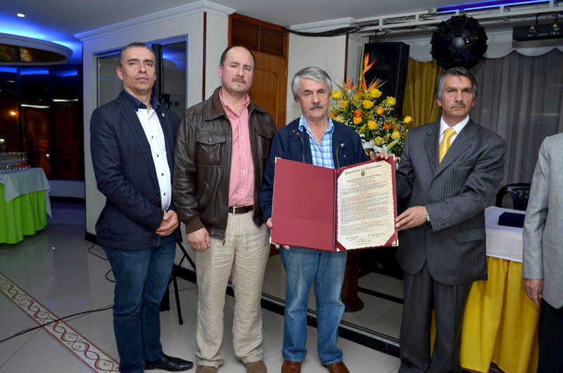 Evento de condecoración a supermercados Caviri con los socios mostrando el diploma